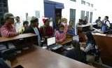 Warga Venezuela menunggu pemeriksaan petugas migrasi setelah tiba di Huaquillas, Ekuador, yang berbatasan dengan Peru pada Jumat (24/8) waktu setempat. Ribuan orang telah menyeberang ke Peru beberapa jam sebelum pihak berwenang mulai menegakkan aturan baru.
