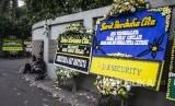 Karangan bunga ucapan belasungkawa atas wafatnya aktor Ashraf Sinclair di rumah duka di kawasan Pejaten Barat, Jakarta, Selasa (18/2/2020). Jenazah Ashraf akan dimakamkan di San Diego Hills Memorial Park.