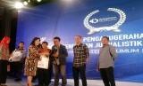 Wartawan Republika, Erik Purnama Putra (baju hitam), menjadi juara kedua dalam Lomba Penulisan Jurnalistik Rebranding Tanggulangin dengan kategori jurnalis. Penganugerahan dilakukan di sela acara Semarak Festival IKM 2018 di Jakarta, Kamis (13/12).