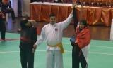 Wasit mengangkat tangan pesilat Indonesia Selly Andriani (kanan) setelah berhasil mengalahkan lawannya pesilat Vietnam Nguyen Thi Cam Nhi dalam pertandingan babak final kelas 60-65 kg putri Kejuaraan Pencak Silat Internasional di GOR Lila Bhuana, Denpasar,