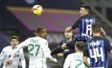 Winger Inter Milan Matias Vecino menanduk bola saat berhadapan dengan Sassuolo.