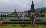 Wisatawan berjalan di sekitar Pura Ulun Danu Beratan, Tabanan, Bali. Indonesia khususnya Bali masih menjadi negara destinasi favorit masyarakat Luksemburg. Ilustrasi.