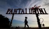Wisatawan menikmati wisata Pantai Drini, Gunungkidul, DI Yogyakarta, Jumat (14/4). Kementerian Pariwisata terus menggenjot promosi Indonesia ke sejumlah pasar utama, khususnya Cina.