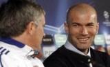 Zinedine Zidane (kanan) dan Jose Mourinho