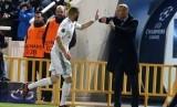 Zinedine Zidane (kanan) dan Karim Benzema.